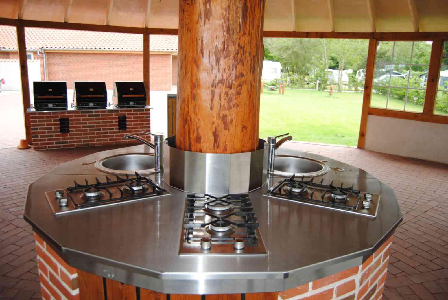 rea para churrasco muito bacana numa rea coberta com varias mesas  #B14E15 1549x1037